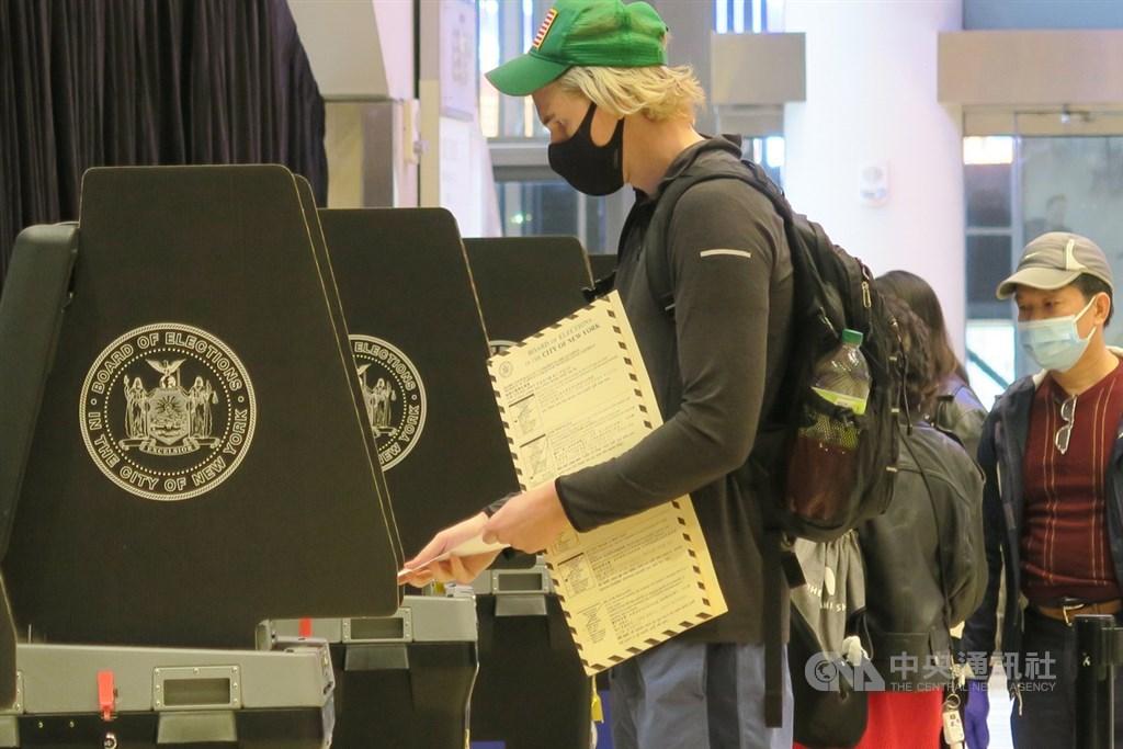 美國總統大選倒數,提前投票的紐約選民美東時間28日在麥迪遜花園廣場大廳的投票所使用選票掃描器。中央社記者尹俊傑紐約攝 109年10月29日