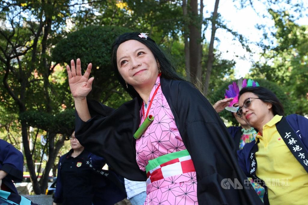 士林地方法院院長蘇素娥(前)31日以漫畫人物「禰豆子」裝扮亮相,主持「小小審判長」活動,還與參加活動的小朋友大跳鯊魚舞。中央社記者蕭博文攝 109年10月31日