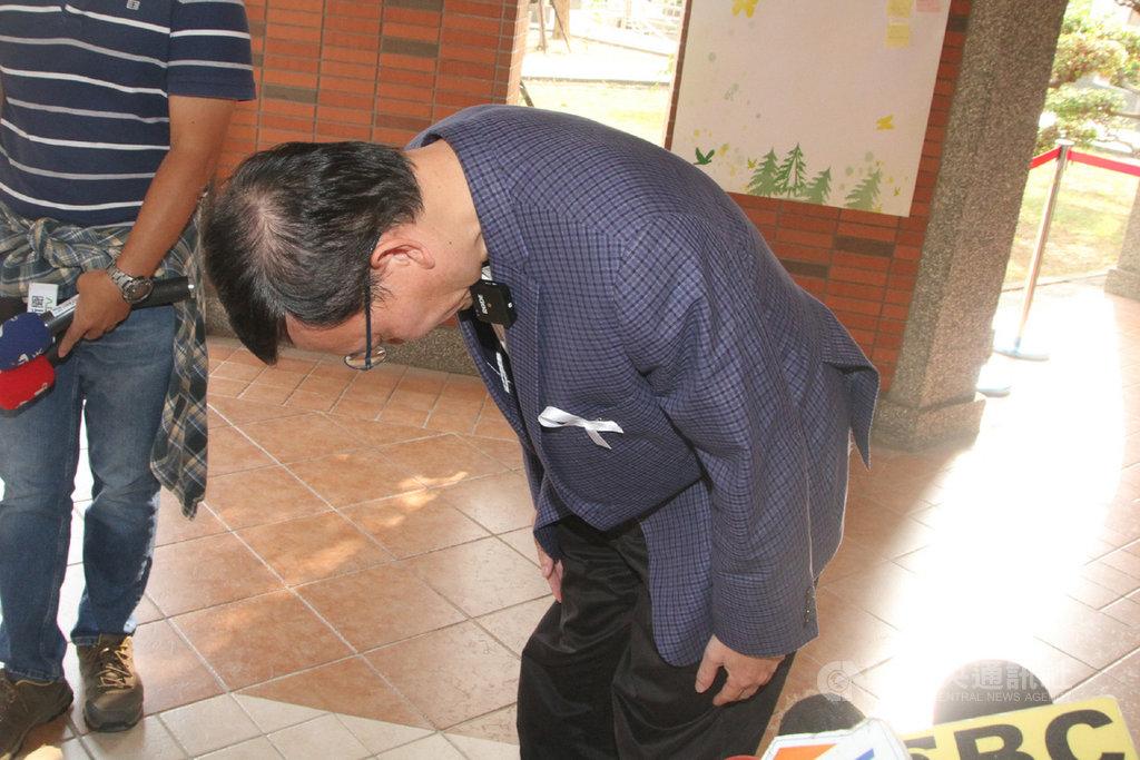 長榮大學馬來西亞籍女學生在台遇害身亡,長榮大學校長李泳龍(圖)31日出席追思活動時鞠躬致歉。中央社記者楊思瑞攝 109年10月31日
