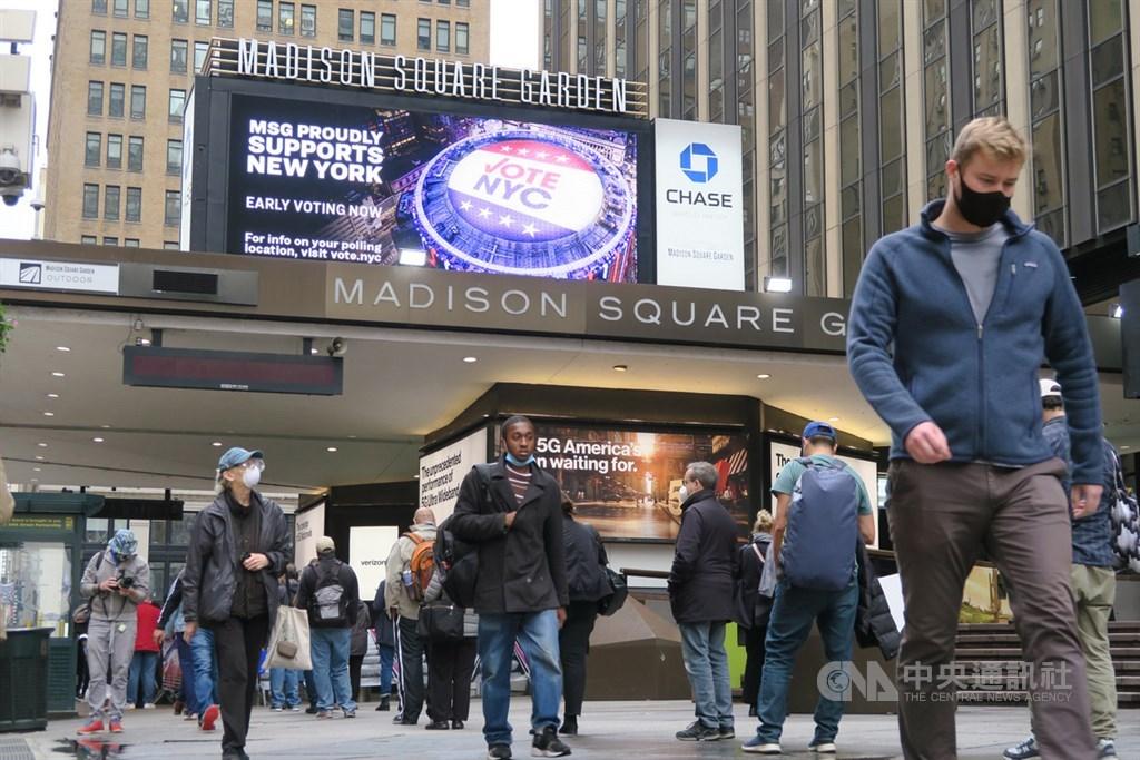 美國職籃NBA紐約尼克隊主場麥迪遜花園廣場開放美國總統大選提前投票,大批選民在人行道排隊等候進入投票所。中央社記者尹俊傑紐約攝 109年10月29日