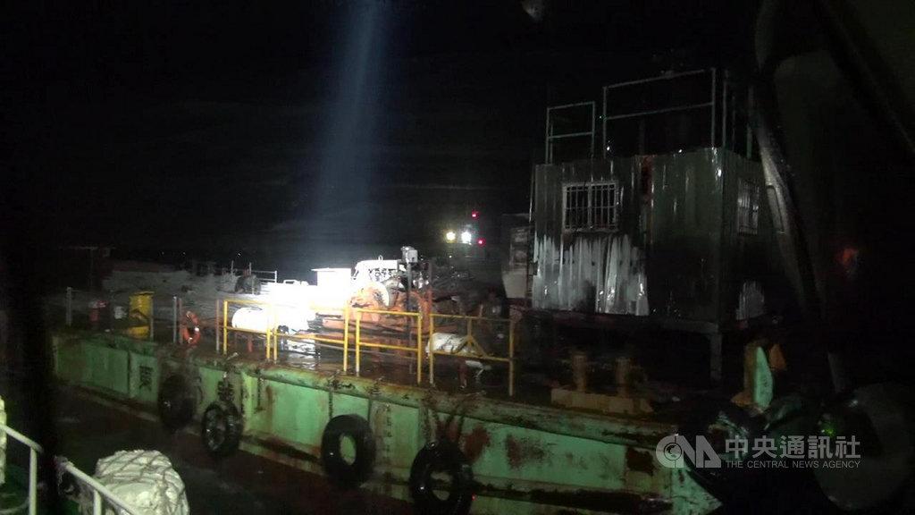 金門海巡隊31日表示,金門大橋一艘工作船30日深夜失火,海巡獲報馳援,所幸火勢即時控制,未有人員受傷。(金門海巡隊提供)中央社記者黃慧敏傳真 109年10月31日