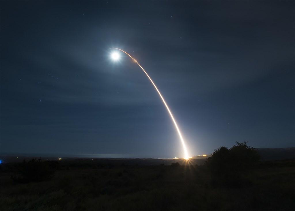 美國空軍近來執行一連串測試,最近一次在加州范登堡空軍基地試射一枚義勇兵三型洲際彈道飛彈。圖為美國2月發射義勇兵三型洲際彈道飛彈。(美聯社)