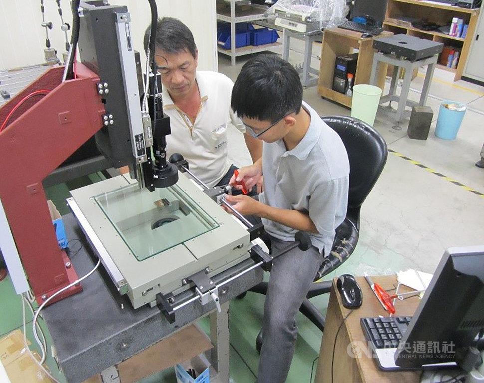 高中畢業後的陳俊廷(右)先到手機鏡頭開發與製作的公司任職,學習模具加工製作技術。(陳俊廷提供)中央社記者許秩維傳真 109年10月31日