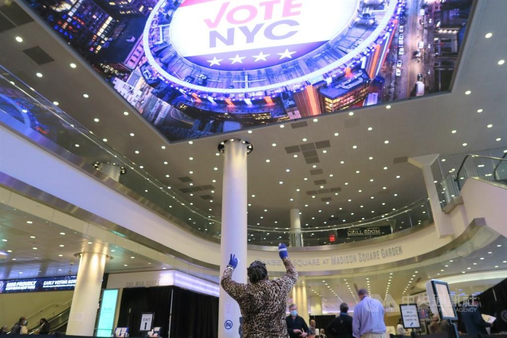 受2019冠狀病毒疾病疫情影響,美國職籃NBA紐約尼克隊主場麥迪遜花園廣場揮別體育賽事,首次當作紐約市投票所。中央社記者尹俊傑紐約攝 109年10月29日