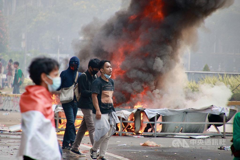 印尼國會10月初通過創造就業綜合法後抗爭不斷,許多遊行都演變成騷亂,群眾10月8日破壞、燃燒雅加達的捷運工程圍籬。中央社記者石秀娟雅加達攝 109年11月1日
