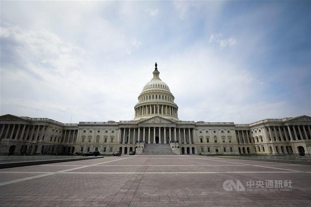 美國聯邦參議院改選情勢緊繃,在北卡羅來納州勝負明朗後,目前共和黨以49席領先於民主黨的48席。圖為美國國會大廈外觀。(中央社檔案照片)