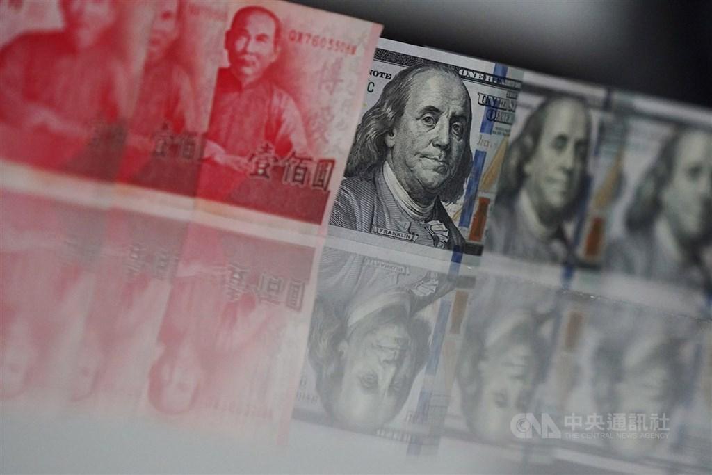 新台幣兌美元2日中午暫收28.604元,大漲3.21角。(中央社檔案照片)