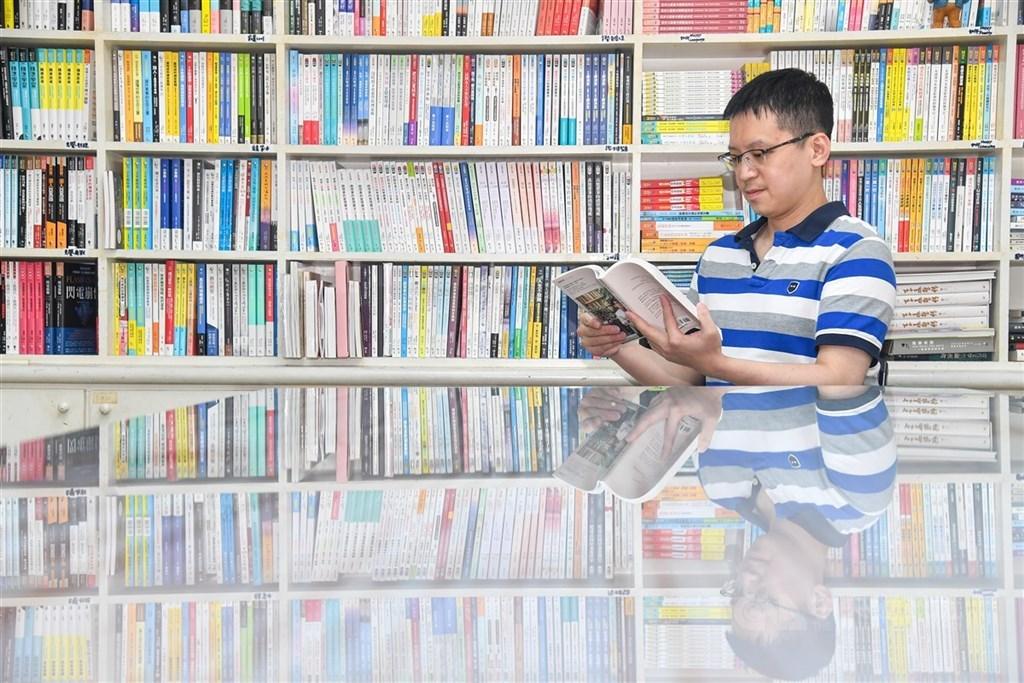 曾以一年多時間環島演講、推動能源思辨的醫師楊斯棓10月發表新書,轉換身分為成為閱讀引路人,大力推廣閱讀。中央社記者鄭清元攝 109年11月3日