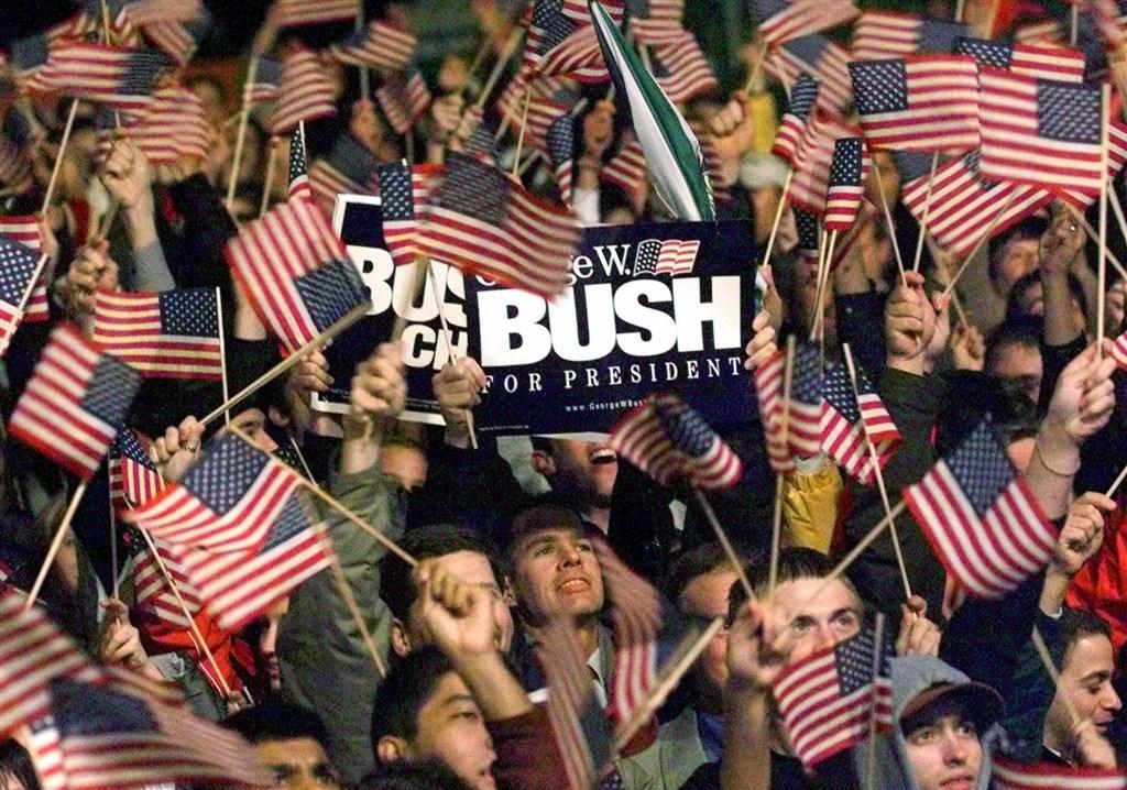 美國總統大選投票3日登場,各家電視台新聞部主管在籌備今年的選舉之夜時,謹記20年前高爾對決小布希那一場不堪回首的教訓。2000年總統大選結果最後在選後一個多月才確定。選舉之夜唯一的輸家是賠上自家聲譽的電視台。圖為2000年小布希支持者歡呼勝選。(美聯社)