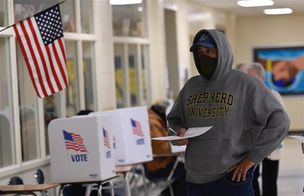 3日是美國大選投票日,一早就有民眾前往投票所投票。(法新社)