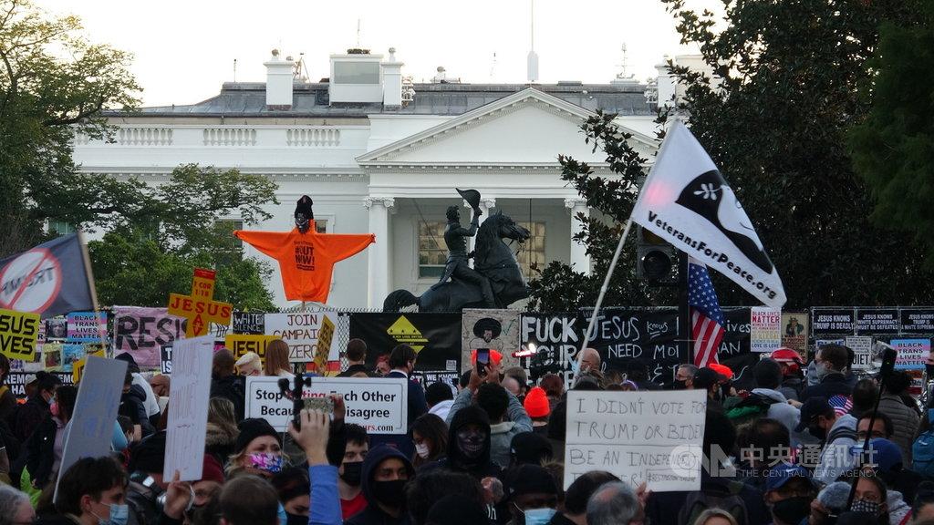 美國大選美東時間3日正式投票,傍晚時分,白宮前已經有數百名民眾聚集。中央社記者江今葉華盛頓攝 109年11月4日