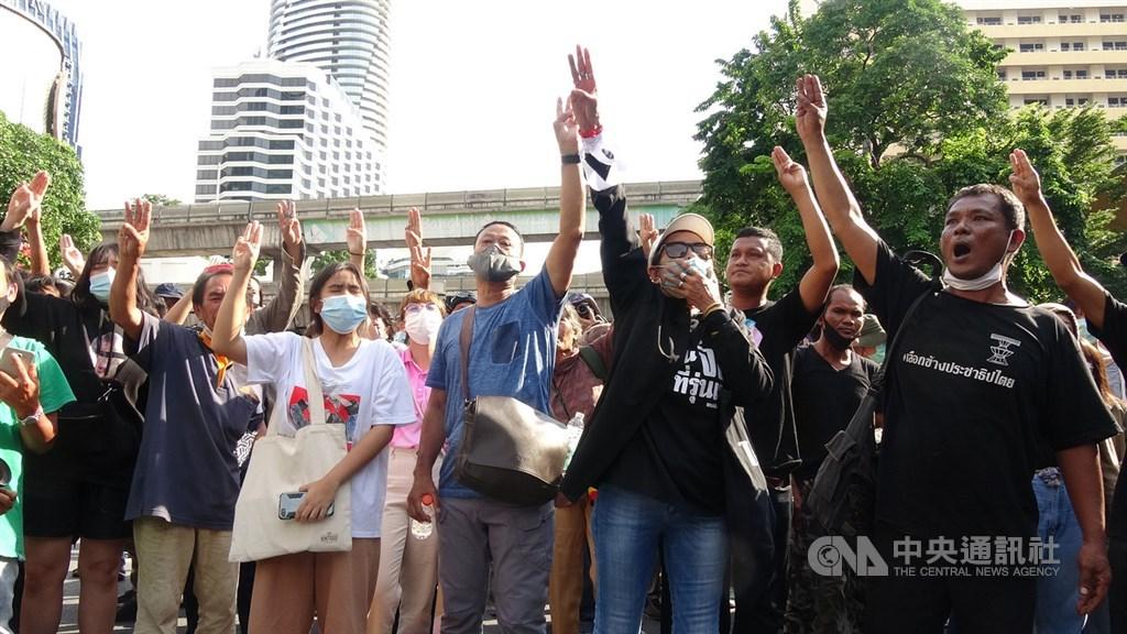 泰國爆發抗議浪潮,學運史無前例的觸碰禁忌要求改革王室、總理下台,雖然王室試圖變親民回應,但抗議者不買單,和解之路短期內仍不明朗。圖為10月15日示威者無懼緊急命令,聚集在曼谷鬧區的叻巴頌路口,高舉象徵反獨裁的三根手指高喊要總理下台。(中央社檔案照片)