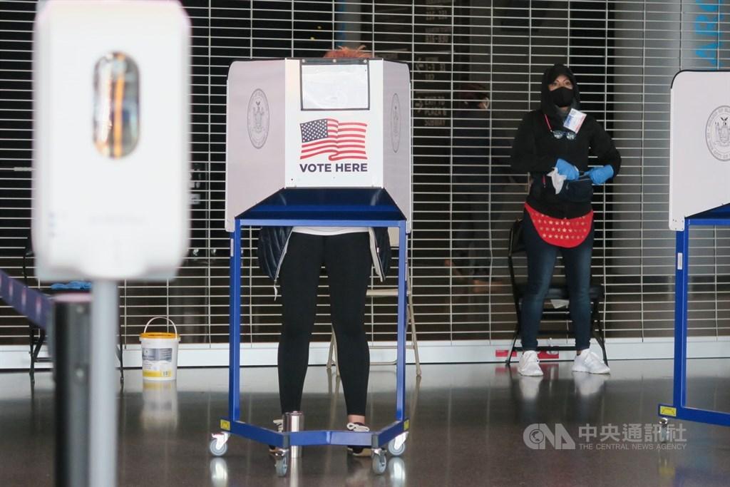 美國總統大選陷入膠著,法律專家認為,儘管特定選票或投票和計票程序可能存在異議,但目前還不清楚這類爭端是否將影響最終結果。圖為紐約選民在布魯克林區的巴克萊中心投票所圈票。(中央社檔案照片)