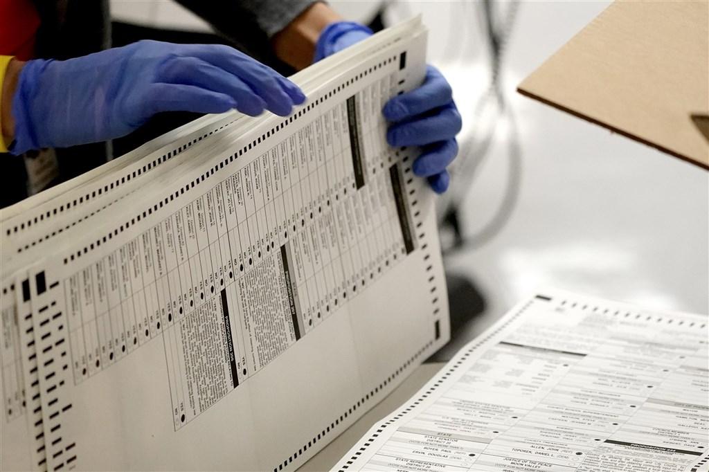 美國亞利桑那州馬里柯帕郡官員告知選民,使用Sharpie麥克筆劃記選票並不影響計票。圖為亞利桑那州馬里柯帕郡4日整理選票。(美聯社)