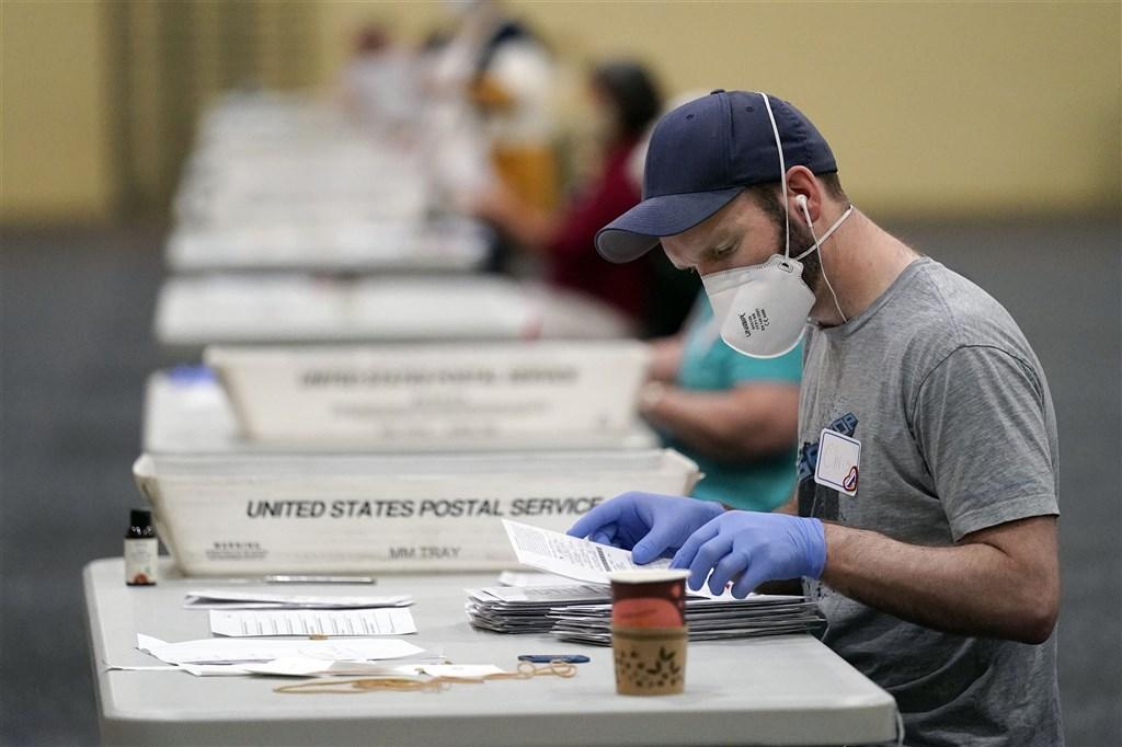 美國總統大選計票持續進行,賓夕法尼亞州已完成86%的計票,紐時的分析發現,剩餘選票似有利拜登。圖為4日賓州計票工作情形。(美聯社)