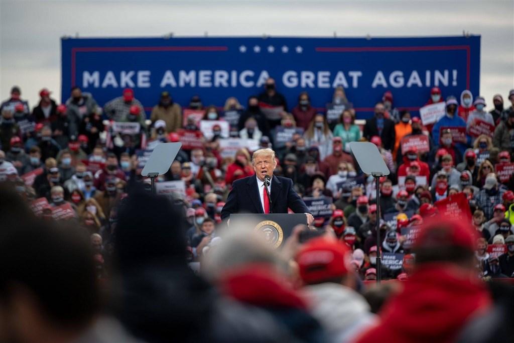 福斯新聞晚間報導,開票過程中目前落後的共和黨總統候選人川普(中)陣營預計5日提出訴訟,指控內華達州投票有弊端。(圖取自facebook.com/DonaldTrump)