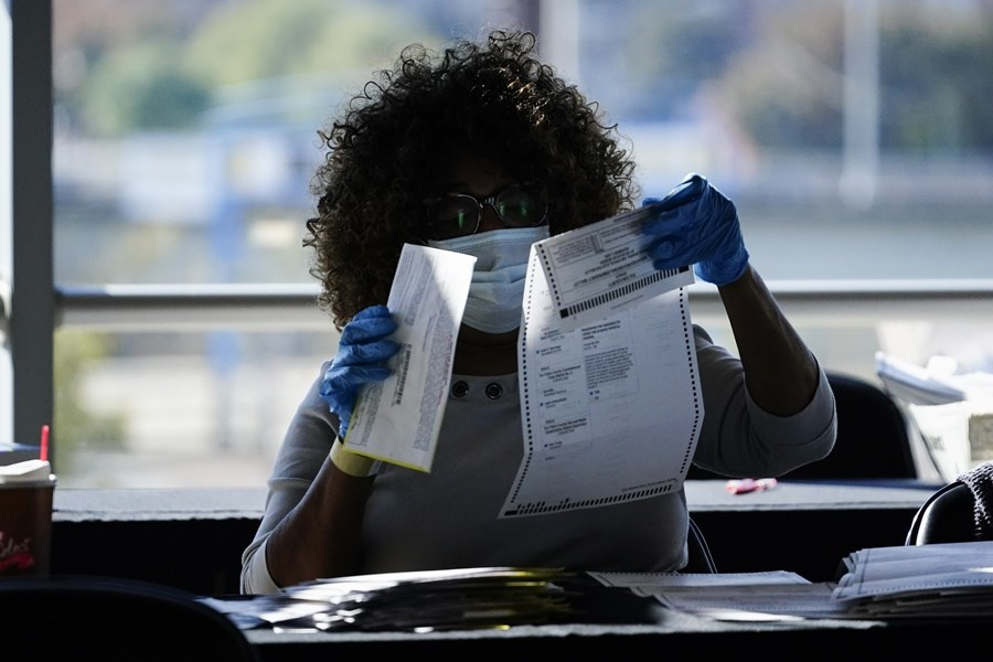 美國3日舉行總統大選後開票速度緩慢,讓美國和全世界都焦急難耐。圖為喬治亞州計票工作人員。(美聯社)