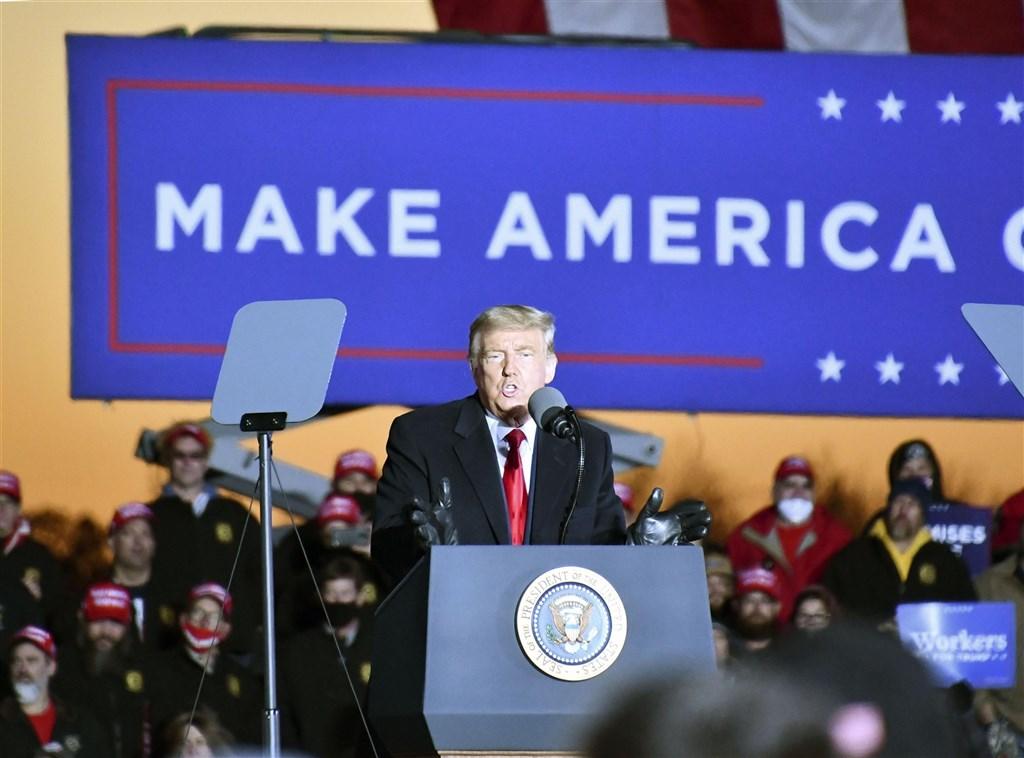 美國總統川普(前)5日推文表示,將對最近民主黨候選人拜登聲稱勝出的州全面提出法律挑戰。(共同社)