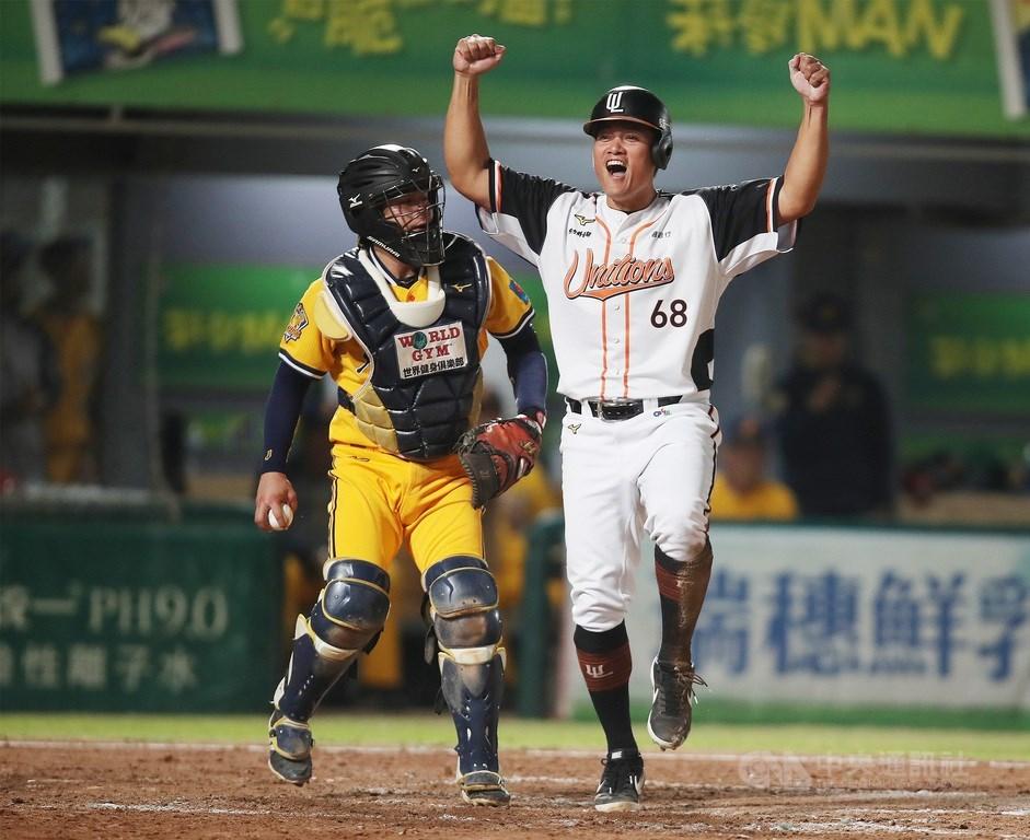 中華職棒31年台灣大賽5日在台南棒球場進行關鍵第5戰,5局下,統一獅潘傑楷敲出二壘安打,將隊友潘武雄、高國慶(右)送回本壘得分,高國慶開心地振臂歡呼。中央社記者張新偉攝 109年11月5日