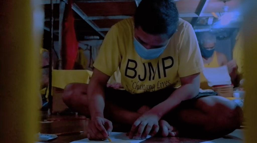 武漢肺炎疫情下,多數菲律賓受刑人的家人無法到監獄探視。33歲的受刑人湯姆卻利用獄方的「數位探視計畫」,自製教材為5歲女兒遠距上課。(圖取自facebook.com/profile.php)