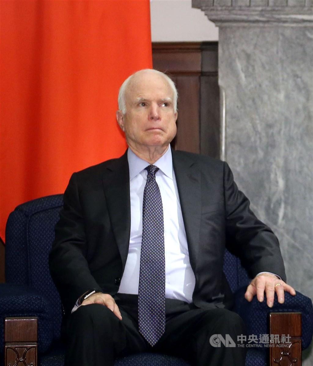 曾在2008年代表共和黨參選總統的馬侃(圖)在亞利桑那州德高望重,2018年因腦癌辭世。川普20年來多次發言羞辱馬侃,被認為是可能輸掉亞利桑那的主因。(中央社檔案照片)