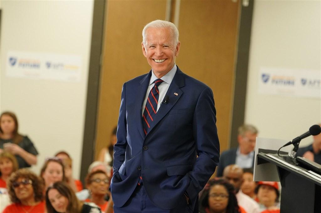 美國主流媒體7日報導,民主黨籍美國總統候選人拜登(中)已在賓夕法尼亞州的普選勝出,可拿下20張選舉人票,並跨過當選門檻。(圖取自facebook.com/joebiden)