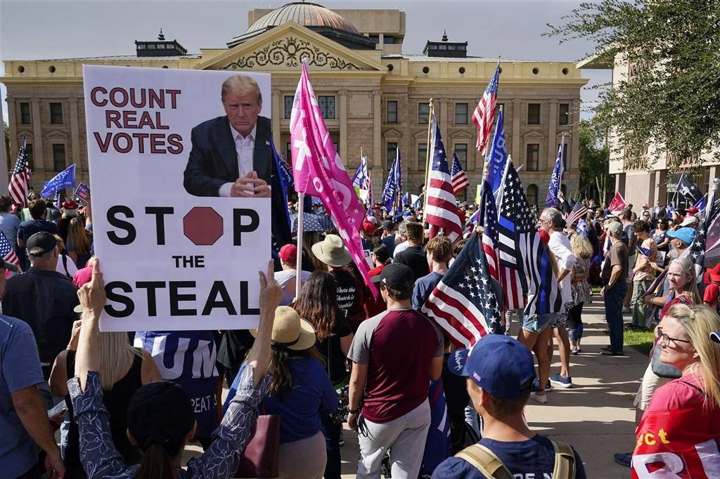 拜登當選美國總統的消息傳出後,有不少川普的死忠支持者拒認結果,指控選舉舞弊和陰謀論。鳳凰城的川普支持者走上街頭,高舉「停止偷竊」的標語,宣稱拜登靠舞弊當選。(美聯社)
