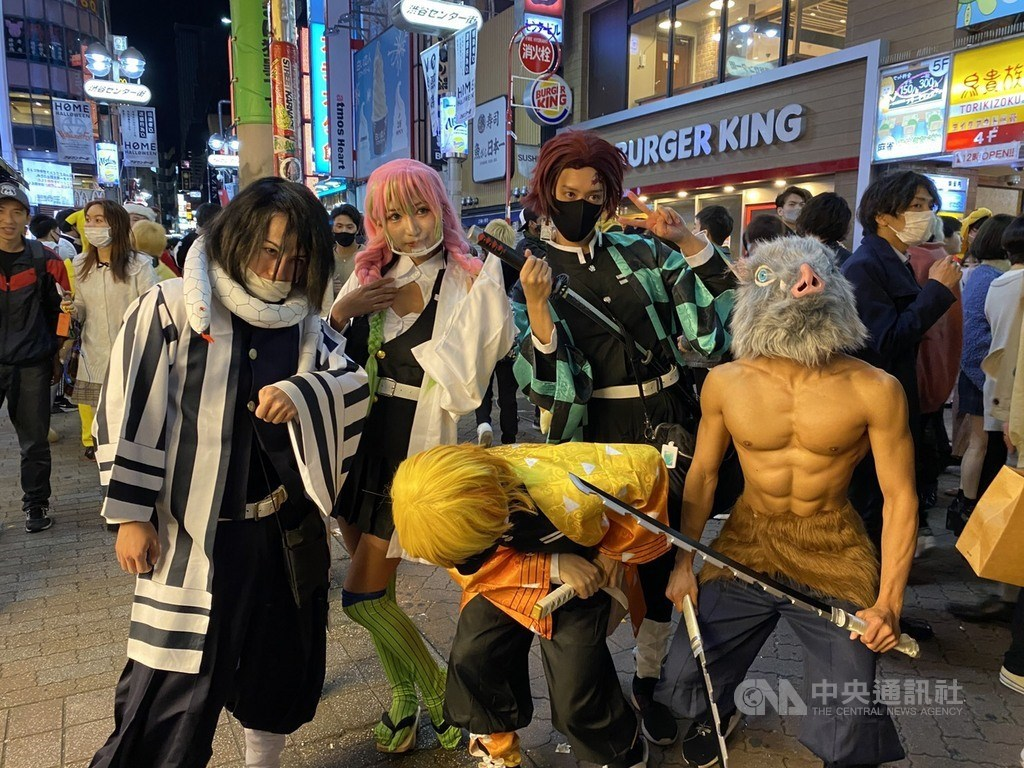 每逢萬聖節,澀谷會出現特殊裝扮的「群魔亂舞」景象,今年受武漢肺炎疫情影響,較少人潮湧至。但仍有幾位年輕人打扮成目前最受歡迎的動漫「鬼滅之刃」中角色,是少數的「角色扮演者」。中央社記者楊明珠東京攝 109年10月31日