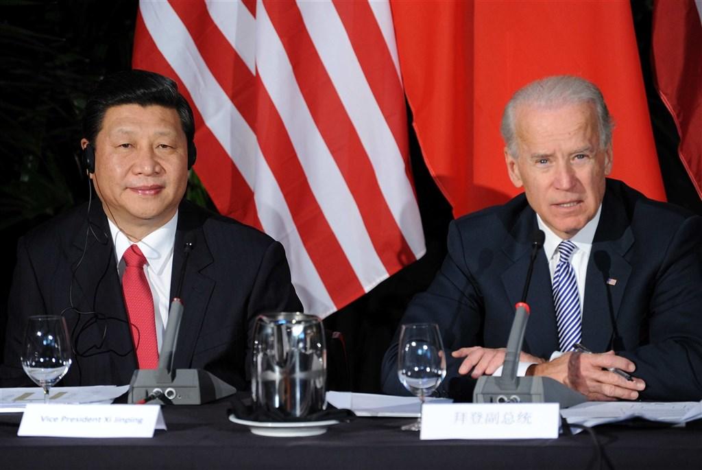美國總統川普一再警告,民主黨對手拜登(右)若贏得大位入主白宮,將是中國的勝利。路透社則報導,幾乎所有跡象顯示,拜登對待中國的態度不會比川普軟弱。圖為2012年拜登與時任中國國家副主席習近平(左)於美國洛杉磯舉辦的中美省州長見面會中會面。(中新社)