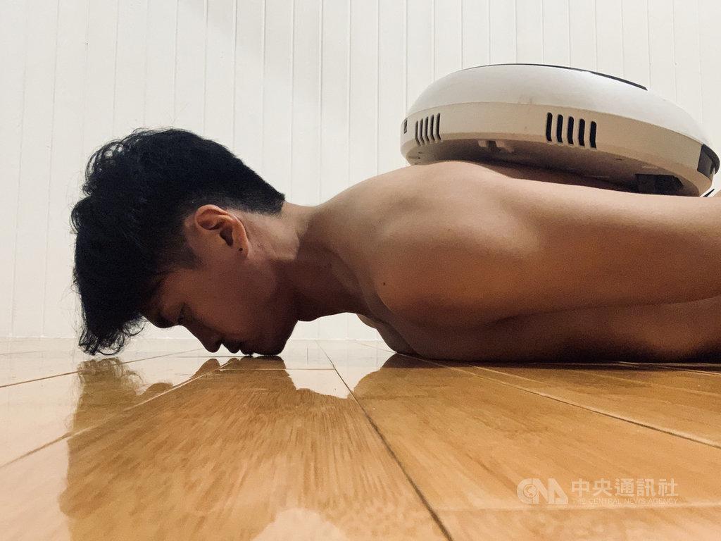 墨爾本藝穗節「聚焦台灣(Fringe Focus Taiwan)」系列演出「跟皮膚有關的一件事」,由FOCA福爾摩沙馬戲團李宗軒與長弓舞蹈劇場張堅豪合作,作品透過掃地機器人上的視訊鏡頭,帶觀眾貼近舞者,探索舞者身體細節。(澳洲墨爾本藝穗節提供)中央社記者趙靜瑜傳真 109年11月10日