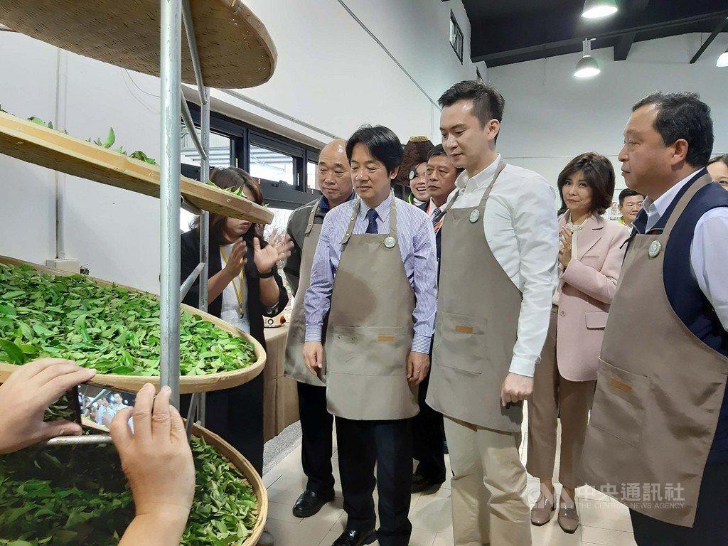 副總統賴清德(前右3)10日參訪新竹縣新埔鎮農會產業交流中心,關心農業發展現況,並體驗揉茶。中央社記者郭宣彣攝 109年11月10日