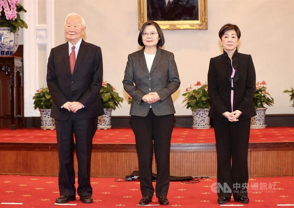 總統蔡英文(中)10日宣布APEC領袖代表由台積電創辦人張忠謀(左)出任,期許張忠謀與代表團達成兩項任務。圖右為張忠謀妻子張淑芬。中央社記者張皓安攝 109年11月10日