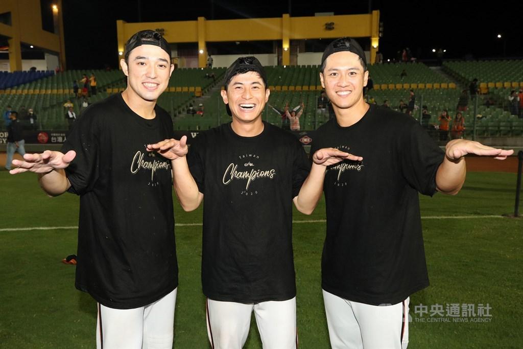 統一獅隊外野3帥林安可(左起)、陳傑憲與蘇智傑包辦外野手獎,為史上第一次。圖為統一獅在台灣大賽得到總冠軍,三人開心合影。(中央社檔案照片)