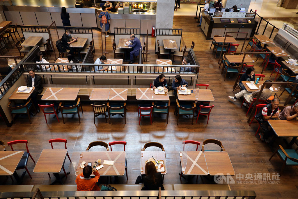 香港10日新增2019冠狀病毒疾病本土確診病例5例,由於本地仍存在隱形傳播鏈,港府宣布「限聚令」、「限桌令」等防疫措施延長實施一週。圖為金鐘一家實施限桌令的餐廳。(中通社提供)中央社 109年11月10日