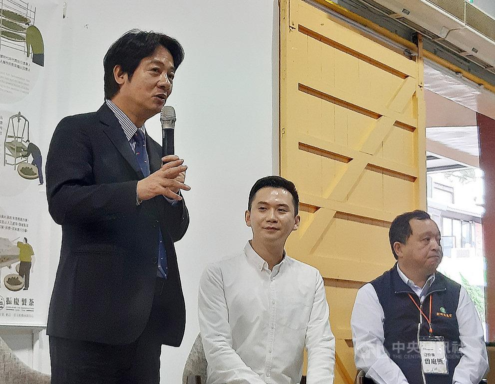 副總統賴清德(左)10日走訪新竹縣新埔鎮時受訪表示,副總統的工作之一就是行銷台灣,時間上要是允許,他很樂意協助行銷台中市;被問及對棒球有什麼建議,賴清德則說,未來希望大家都一起支持台灣棒球。中央社記者郭宣彣攝 109年11月10日