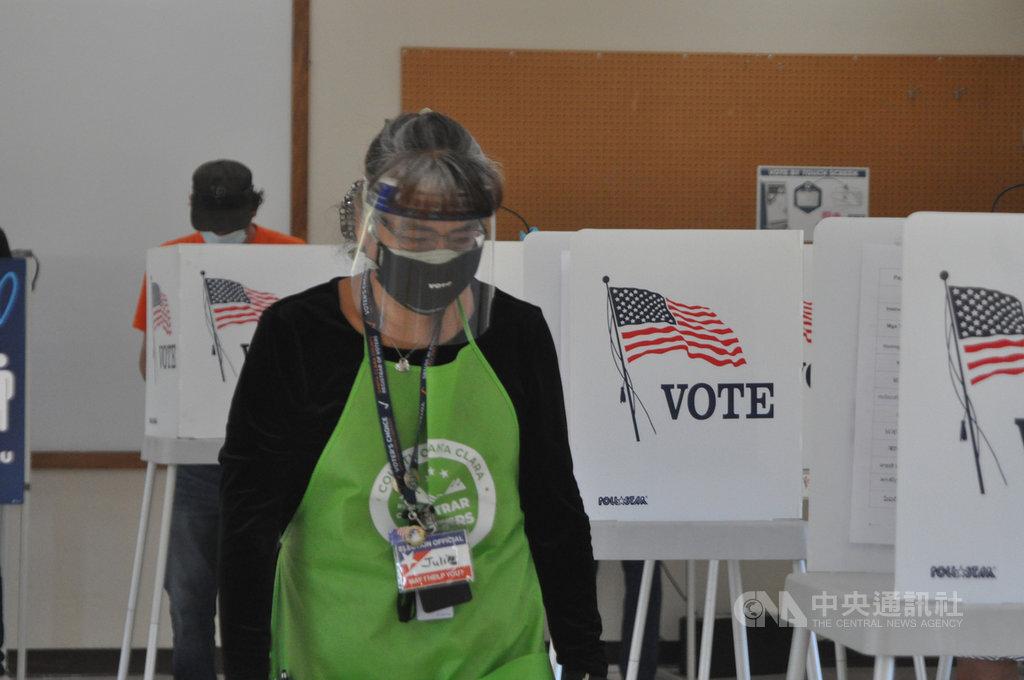 由平均年齡60歲「美國大媽」組成的選務義工,以「開得慢但要開得正確」的專業,進行2020年美國大選挑戰重重的投開票,被學者譽為「選舉英雄」。圖攝於11月3日。中央社記者周世惠舊金山攝 109年11月11日
