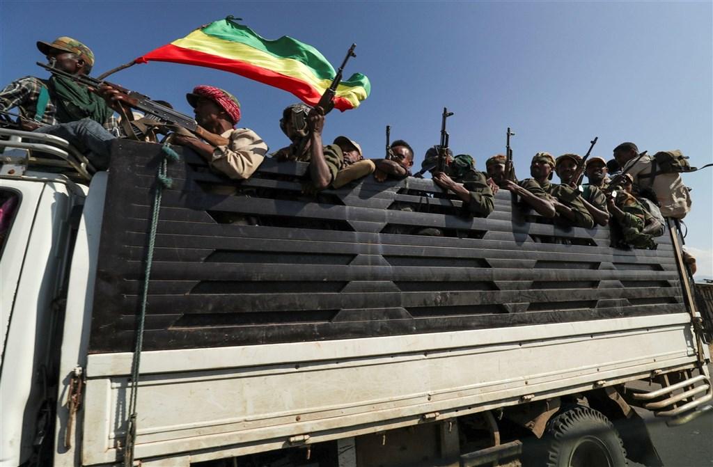 外交界消息人士表示,聯合國安全理事會24日將首度針對衣索比亞泰格瑞省動亂召開會議。圖為衣索比亞阿姆哈拉地區滿載武裝民兵的卡車前往前線支援聯邦政府軍力。(路透社)