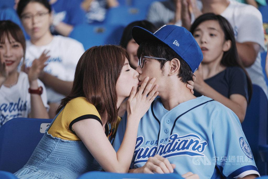 演員宥勝(前右)與林予晞(前左)為了影集「戒指流浪記」到新莊棒球場取景,兩人親吻鏡頭被投放在大螢幕,當時不知情的觀眾也熱情歡呼。(HBO Asia提供)中央社記者王心妤傳真 109年11月12日