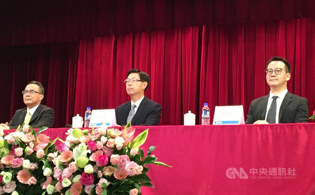 鴻海12日下午在新北市土城總部舉行季度法人說明會,董事長劉揚偉(中)親自主持。 中央社記者鍾榮峰攝 109年11月12日