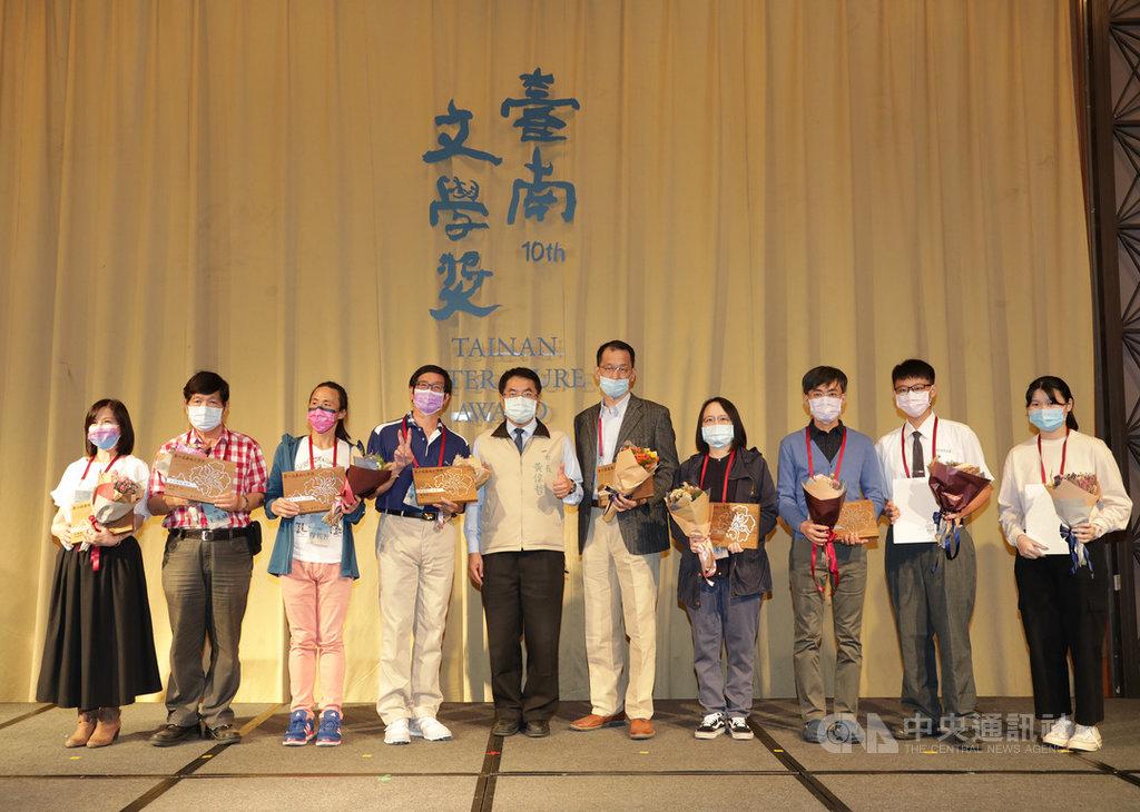 第10屆台南文學獎13日舉行頒獎典禮,57件作品脫穎而出獲獎,台南市長黃偉哲(左5)出席表揚得獎者並合影。中央社記者張榮祥台南攝 109年11月13日