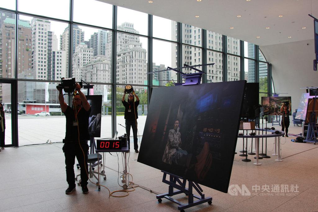 台中國家歌劇院13日起推出「技術劇場人攝影展」,以「技術劇場」出發點,帶領民眾認識每場演出背後辛苦的幕後英雄們。中央社記者蘇木春攝 109年11月13日
