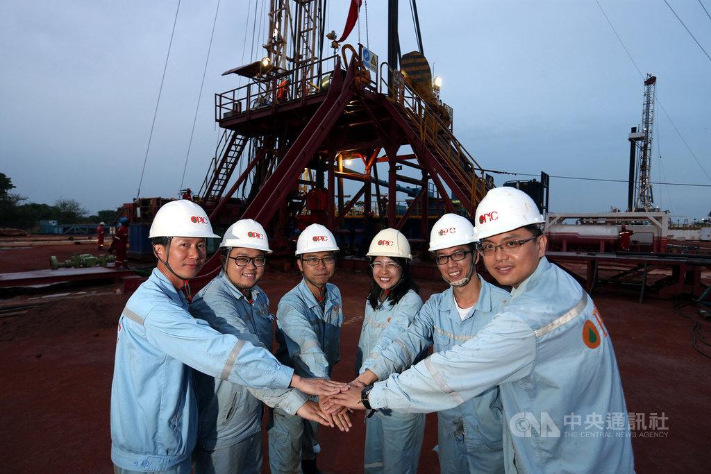 台灣中油自2003年前進非洲探勘石油,歷經十幾年來的努力,2020年底即將運回第一桶油,為台灣能源自主寫下歷史新頁。圖為中油新生代油人在鑽井現場合影。中央社記者徐肇昌攝 109年11月13日