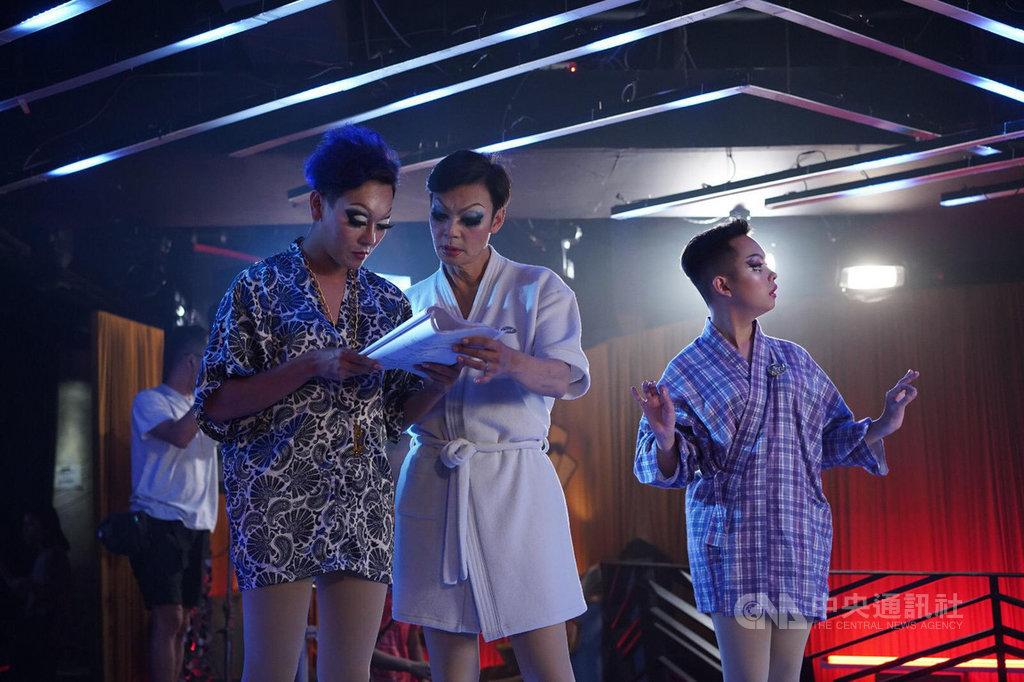 新加坡喜劇演員賴宇涵(左)首次擔綱編劇的電影「男兒王」入圍金馬獎兩項提名,他與男主角李國煌(中)都在劇中飾演變裝皇后。(賴宇涵提供)中央社記者侯姿瑩新加坡傳真 109年11月13日