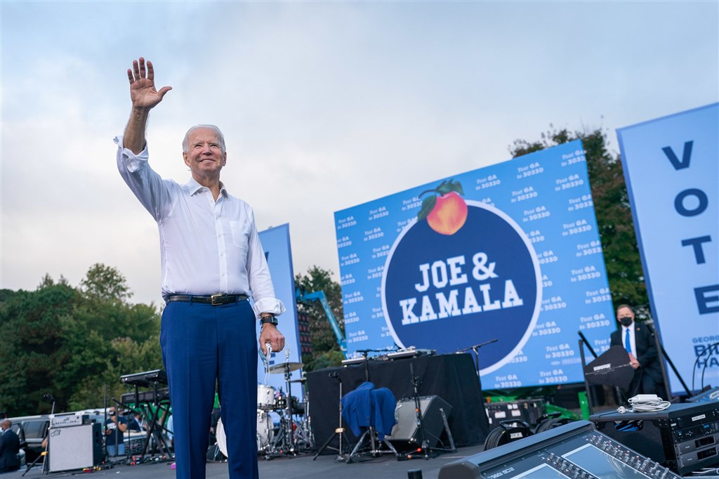 美國多家新聞媒體12日報導,美國民主黨總統候選人拜登(前)已拿下亞利桑那州。(圖取自facebook.com/joebiden)