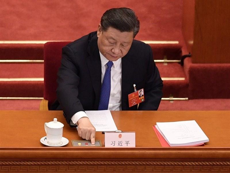 華爾街日報12日援引中國官員的話報導,中國國家主席習近平(圖)親自決定終止螞蟻集團370億美元的首次公開募股。圖為習近平5月出席中國第13屆全國人民代表大會。(中新社)