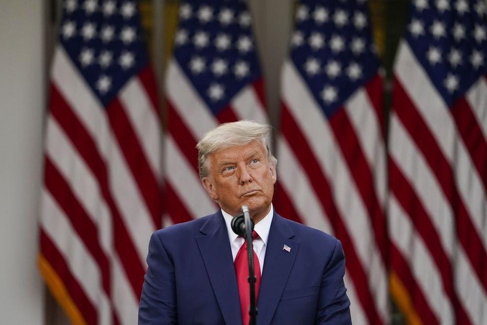 美國總統川普13日堅稱,他絕不會對美國實施封鎖防疫措施,但說另一個政府2021年1月執政時是否會這麼做,「時間會說明一切」。(美聯社)