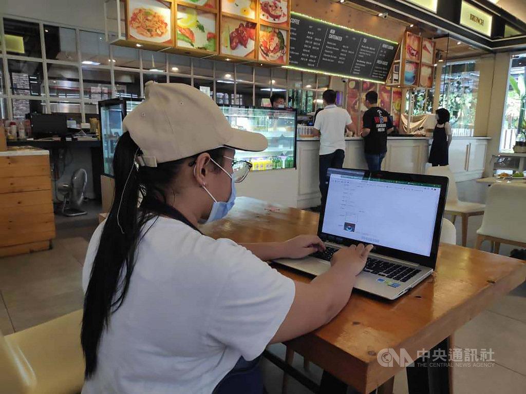 獲得工研院提供雲端科技協助的馬來西亞餐飲業員工,正測試自助點餐系統。(工研院提供)中央社記者孫天美吉隆坡傳真 109年11月14日