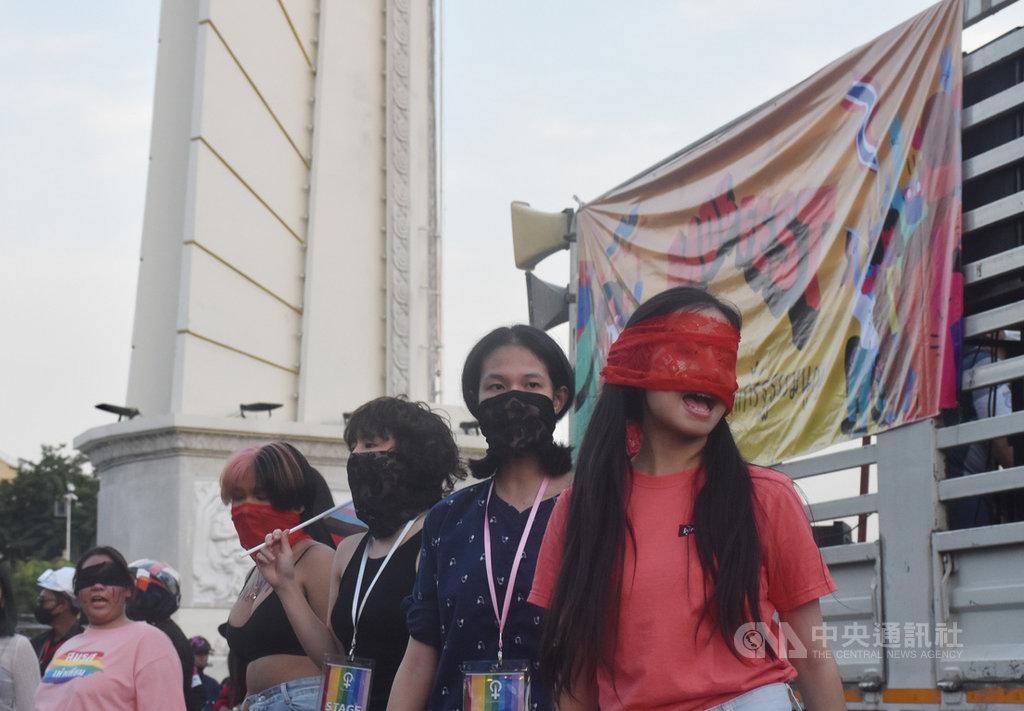 3個抗議團體14日下午在民主紀念碑大會師,除高喊總理帕拉育下台外,抗議者也在現場高喊教育改革以及解放女性等議題。中央社記者呂欣憓曼谷攝 109年11月14日