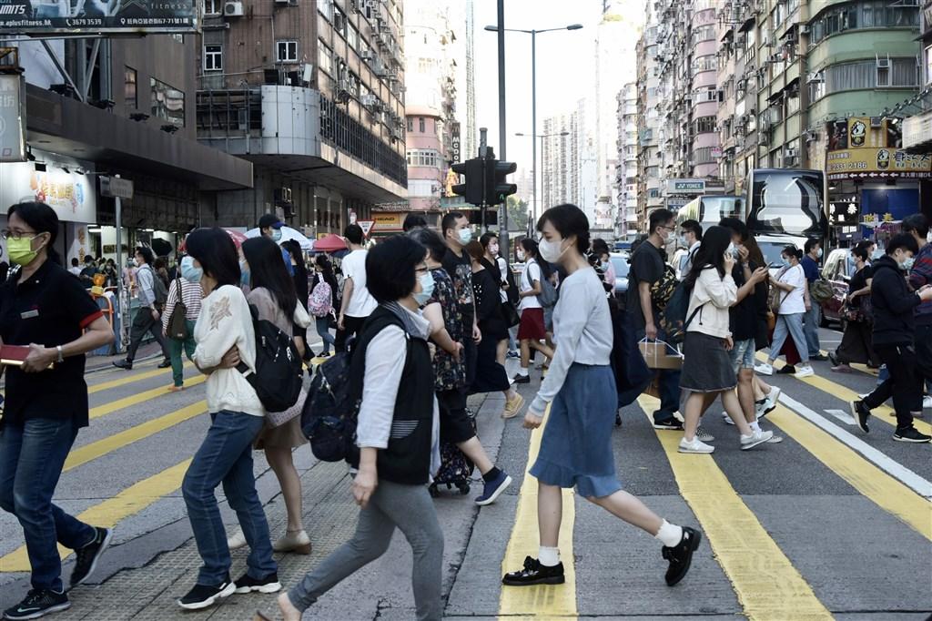 香港武漢肺炎疫情有反彈趨勢,加上秋冬時節流感爆發,對防疫工作造成極大壓力。香港防疫專家認為,若疫情無法有效控制,港府應考慮重啟全面停課與在家工作。圖為12日香港旺角街頭。(中新社)