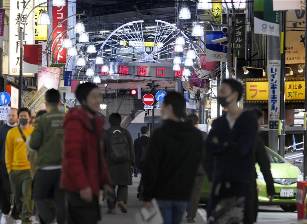 日本境內武漢肺炎疫情持續升溫,13日新增1705例確診病例,是疫情爆發以來首度單日逾1700例。圖為13日東京新橋街景。(共同社)